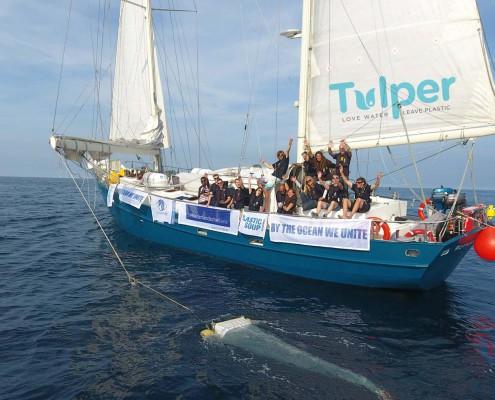 by-the-ocean-we-unite-plastic-verzamelen-boot