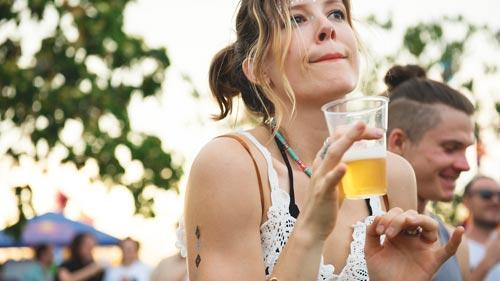 Festivals en plastic bekers - festival sfeer