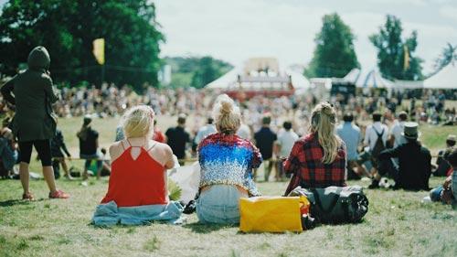 Festivals en plastic bekers festivalterrein
